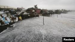 """台风""""黑格比""""吹袭菲律宾东海岸"""