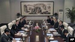 9月25日2012年,中国外交部副部长张志军(左三)与日本外务事务次官河相周夫(右三)在北京商讨钓鱼岛争端