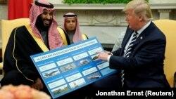 دونالد ترامپ با نموداری فهرست خریدهای نظامی عربستان را به خبرنگاران نشان داد.