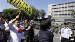 Китайцы протестуют у посольства Японии в Пекине из-за спорных островов Сенкаку (Дяоюй). 18 сентября 2012 г.