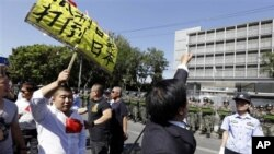 """Người biểu tình Trung Quốc cầm biểu ngữ với hàng chữ """"Tẩy chay hàng hóa Nhật bản"""" và """"Đả đảo đế quốc Nhật"""" trước Ðại sứ quán Nhật Bản ở Bắc Kinh"""