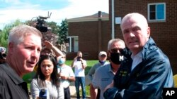 Guvernatori Phil Murphy (djathtas) duke inspektuar dëmet