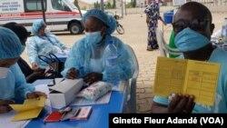 Centre de vaccination à Cotonou, Bénin, le 15 juin 2021. (VOA/Ginette Fleur Adandé)