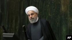 이란의 하산 로하니 대통령이 17일 의회에서 연설하고 있다.
