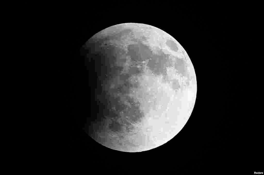 چاند گرہن شروع ہونے کا ایک منظر