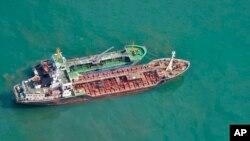 일본 해상자위대가 지난해 5월 북한의 선박간 불법 환적 활동으로 의심되는 장면을 촬영한 사진을 공개했다. 유엔 안보리 대북제재 대상 선박인 '삼정 2호(아래)'와 '명류 1호'가 동중국해 상에 나란히 떠 있다.