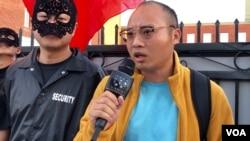 中国民主党洛杉矶行动组组长瞿成松在10月5日举行的星光大道民主活动上。