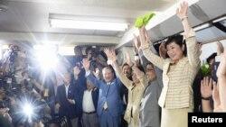 Yuriko Koike (kanan) dan pendukungnya merayakan kemenangannya dalam pemilihan gubernur Tokyo di Tokyo, Jepang, 31 Juli 2016.