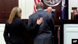 Melvin Graham, hermano de Cynthia Hurd muerta en la masacre, camina hacia el Juez Nicholson durante la audiencia de culpabilidad de Dylann Roof en la Corte del Condado de Charleston este lunes, 10 de abril de 2017, en Charleston, Carolina del Sur.