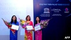 Buổi lễ trao học bổng của L'Oréal-UNESCO cho ba nữ khoa học gia Việt Nam năm 2010.