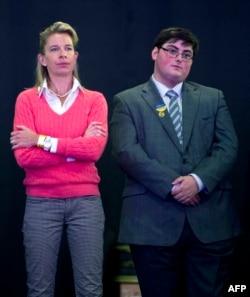 Kolumnis surat kabar Inggris Katie Hopkins (kiri) mendengarkan pidato pemimpin Partai Kemerdekaan Inggris (UKIP) Nigel Farage, (Tidak ada dalam gambar)di Konferensi Nasional UKIP di Doncaster Racecourse,Doncaster, Inggris utara, 25 September 2015. (AFP)