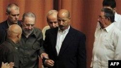Fidel Kastro sa telohraniteljima i njegov brat Raul Kastro
