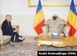 Marine Le Pen a rencontré le président tchadien Idriss Déby Itno dans sa résidence à Amdjarass, Tchad, le 21 mars 2017. (VOA/André Kodmadjingar)