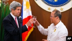 John Kerry (à g.), et le président des Philippines Benigno Aquino