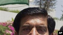 21일 이슬라마바드 의사당 건물에서 나오는 라자 페르베즈 아쉬라프 총리 내정자.