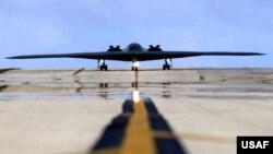 Máy bay ném bom B-2 Spirit của Không lực Hoa Kỳ đáp xuống Căn cứ Không quân Andersen ở Guam.