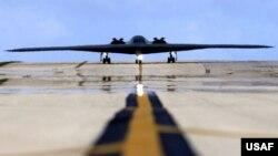 هواپیمای بی-۲ در کنار هواپیماهای بی-۱ و بی-۵۲ هواپیماهای راهبردی ارتش آمریکا هستند