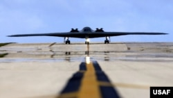 一架从密苏里州的惠特曼空军基地起飞的B-2隐形轰炸机在关岛的安德森空军基地降落。(2005年4月25日)