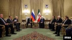 1일 이란을 방문한 블라디미르 푸틴 러시아 대통령이 하산 로하니 이란 대통령과 회담하고 있다.