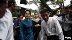ຜູ້ນຳປະຊາທິປະໄຕ ທ່ານນາງ Aung San Suu Kyi ແລະ ທ່ານນາງ Angelina Jolie Pitt ດາຣາ ແລະນັກເຄື່ອນໄຫວດ້ານມະນຸດສະທຳ ໄປຢ້ຽມຢາມພວກແມ່ຍິງ ໃນມຽນມາ.