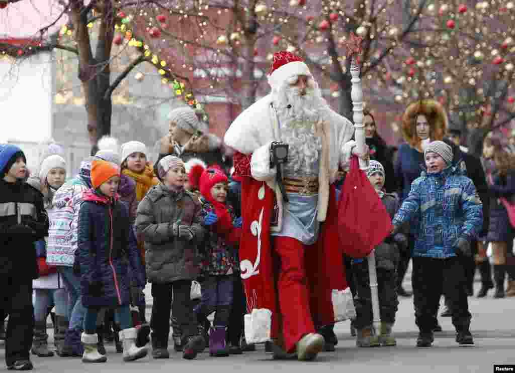 Pai Natal recebido por crianças na Praça Vermelha em Moscovo.