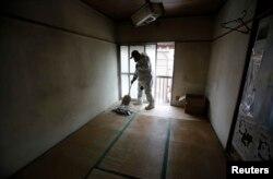 일본 도쿄 청소업체 직원이 고독사한 80대 노인이 살던 방을 정리하고 있다.