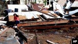 La ciudad informó además que bomberos y policías están yendo puerta por puerta para rescatar a más víctimas.