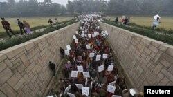 Perempuan demonstran menghadiri upacara doa bersama untuk korban pemerkosaan setelah melakukan protes yang dipimpin Kepala Menteri New Delhi Sheila Dikshit (2/1). (Foto: Reuters)