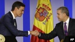 Los presidentes de España y Colombia se dan la mano en el palacio de gobierno después de reunion en Bogotá.