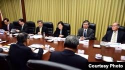 台灣總統當選人蔡英文(中)2016年4月29日在台灣外交部聽取簡報(台灣民主進步黨網站)