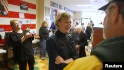 Bà Tammy Baldwin ở Wisconsin.