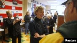 Kandidat Partai Demokrat Tammy Baldwin (tengah), bertemu pendukungnya di Glendale, Wisconsin. (Reuters/Darren Hauck)