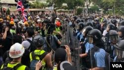 示威者包圍藥房,大批防暴警察介入再次爆發警民衝突,多名示威者受傷。(美國之音湯惠云)