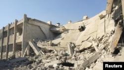 叙利亚活动人士指称2012年12月1日效忠阿萨德总统的空军战机袭击大马士革附近的达拉亚地区发射导弹所摧毁的建筑物的景象