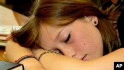 Tinejđeri premalo spavaju zbog - biološkog ritma