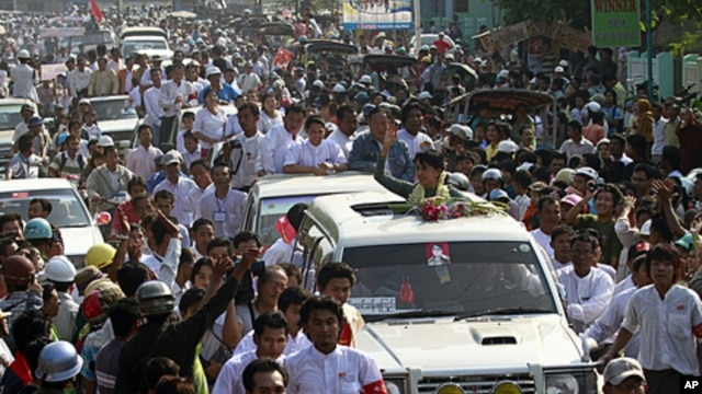 Burma's pro-democracy leader Aung San Suu Kyi waves her hand to supporters on her arrival in Dawei, about 615 km (380 miles) south of Rangoon, January 29, 2012.