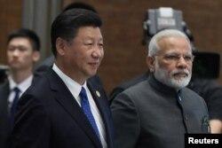 시진핑(왼쪽) 중국 국가주석과 나렌드라 모디 인도 총리가 5일 푸젠성 샤먼시 '브릭스' 정상회의장에 나란히 입장하고 있다.