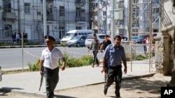 Polisi mengamankan daerah di ibukota Tajikistan, Dushanbe, di mana beberapa pasukan khusus Kementerian Dalam Negeri dan seorang polisi lalu lintas dilaporkan tewas ditembak, 4 September 2015.