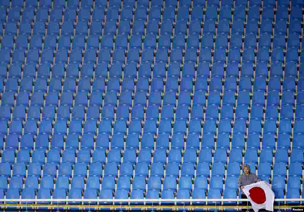 Một người hâm mộ bóng đá cổ vũ đội tuyển bóng đá nữ Nhật Bản trong trận bán kết với Việt Nam tại sân vận động bóng đá Incheon tại Đại hội Thể thao châu Á lần thứ 17 tại Incheon, Hàn Quốc.