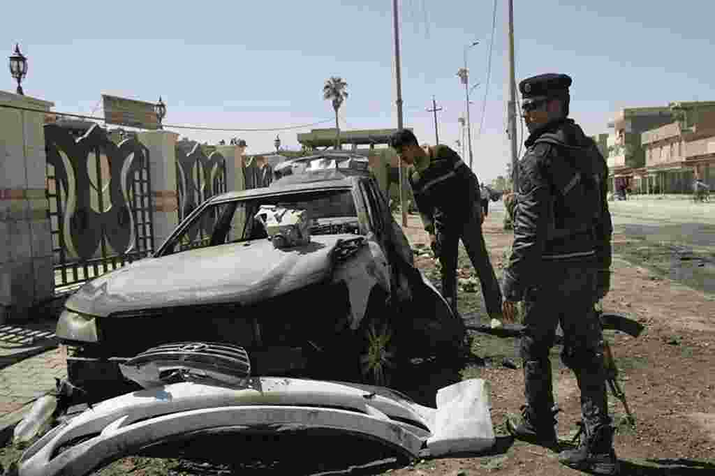 Seorang polisi Irak berjaga-jaga di lokasi di Ramadi, sebelah barat Baghdad (20/3) (Reuters).