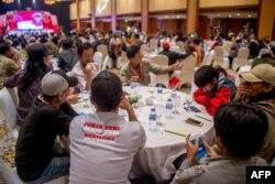 Para pejabat pemerintah, mantan militan, dan penyintas serangan teror menghadiri pertemuan antara mantan pelaku teror dengan para penyintas di Jakarta, 28 Februari 2018.