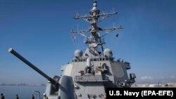 Американский ракетный эсминец «Дональд Кук» (DDG 75) класса «Арли Берк» покидает порт Ларнака, Кипр
