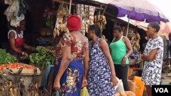 Des femmes font leurs courses sur le marché d'Abuja, au Nigeria, le 13 septembre 2016. (VOA)