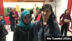 "Lisna Siti Ratnasari (kiri) dan Sianita Devi (kanan) berfoto bersama usai diskusi ""Strategi Pembauran Indonesia"" di Kong Miao, Bandung, Selasa, 4 Desember 2018. (Foto: Rio Tuasikal/VOA)"