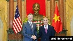 Tân Đại sứ Hoa Kỳ Daniel Kritenbrink (trái) và Chủ tịch nước Việt Nam Trần Đại Quang, tại Hà Nội, ngày 6/11/2017. (Ảnh chụp từ báo Tuổi Trẻ)