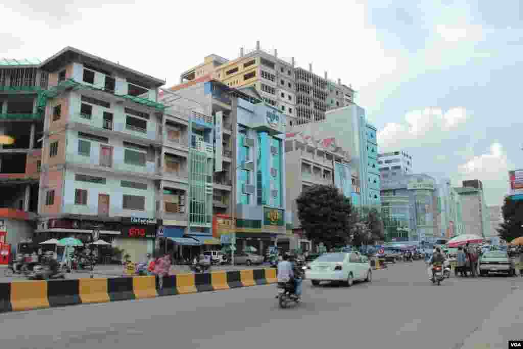 The rise of tall buildings along 169 Street, on Borei Keila land, September 29, 2014. (Nov Povleakhena/VOA Khmer)