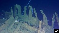 """这是Definitive Productions提供的2014年1月25日视频的截图,显示的是在新西兰北部沿海璜加雷附近沉没的""""文特诺号""""沉船,鱼群在周围游动。112年前在新西兰北部沉没的""""文特诺号""""装有499具从坟墓中挖出的中国矿工的遗骨。"""