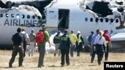 7일 미국 교통안전위원회 조사원들이 미국 샌프란시스코 국제공항에서 일어난 아시아나 항공 충돌 현장에 출동했다.