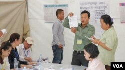 Hoạt động kiểm phiếu tại một điểm bầu cử ở Phnom Penh, 4/6/2017