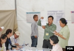 FILE - The electoral officers and observers are counting the ballots at a polling station, in Phnom Penh, Cambodia, in June 04, 2017. (Aun Chhengpor/VOA Khmer)